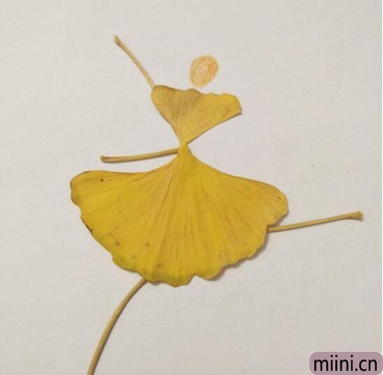 用银杏叶做跳舞的人树叶贴画步骤教程