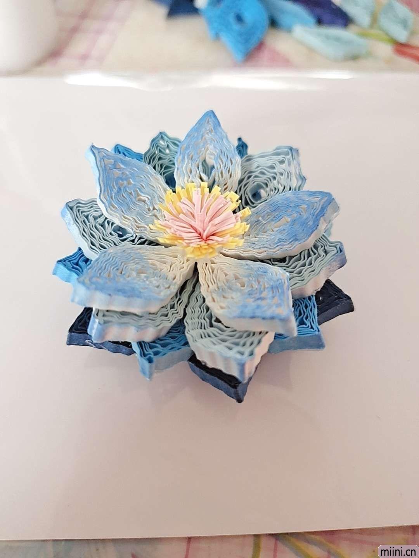 卷一朵蓝色衍纸莲花