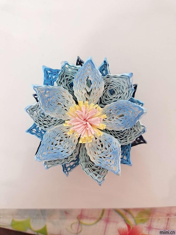 卷一朵蓝色衍纸莲花 第9步