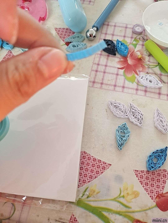 卷一朵蓝色衍纸莲花 第4步