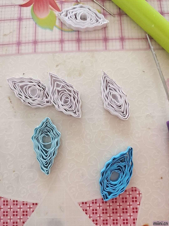 卷一朵蓝色衍纸莲花 第3步