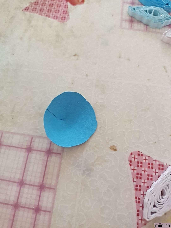 卷一朵蓝色衍纸莲花 第6步
